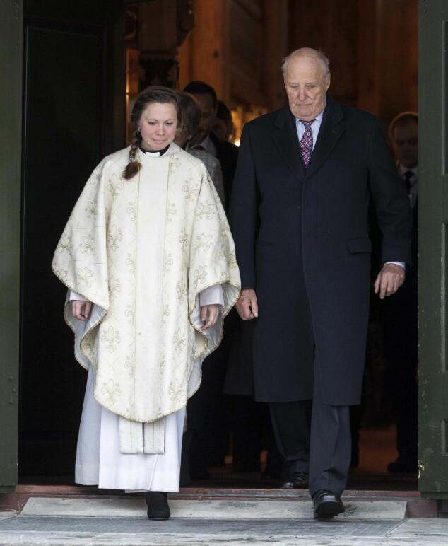 STORT MØTE: Kong Harald på vei ut fra Holmenkollen kapell sammen med presten. Foto: NTB Scanpix
