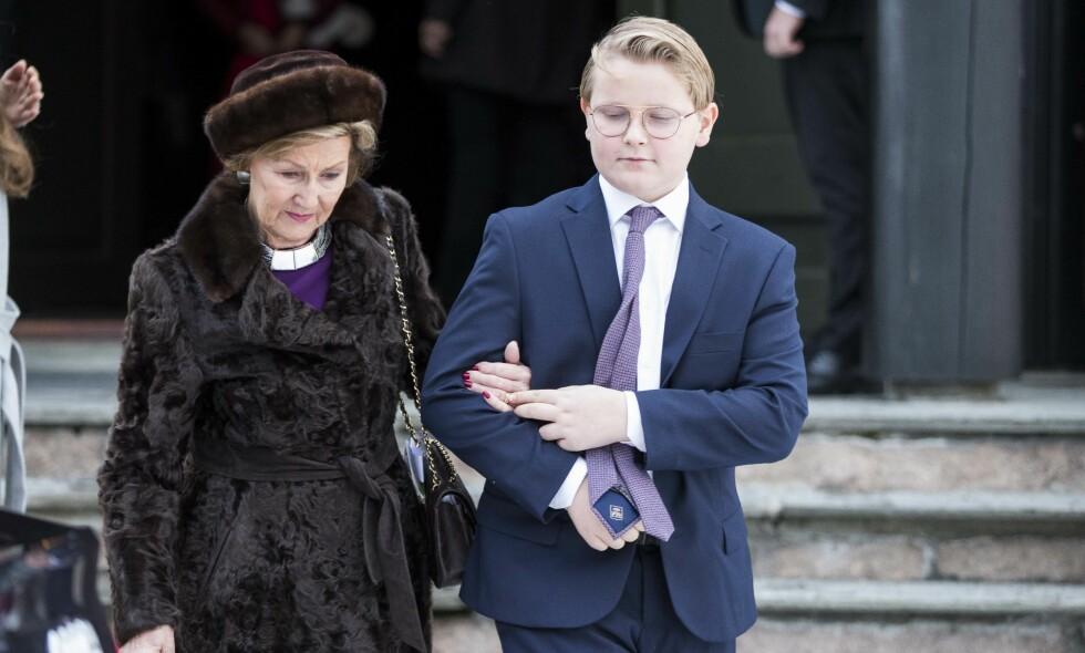HJELPENDE HÅND: Prins Sverre Magnus tilbyr farmor, dronning Sonja, en støttende hånd på vei ut fra Holmenkollen kapell. Foto: NTB Scanpix
