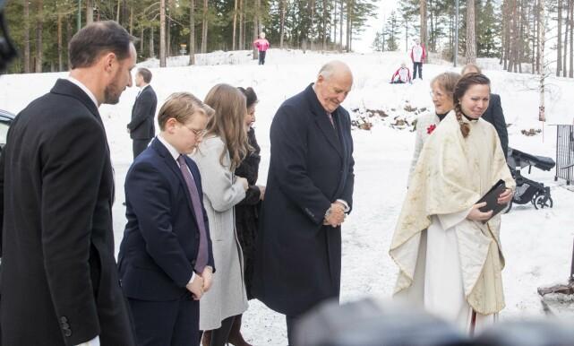PÅ PLASS: Kongeparet og kronprinsfamilien møtte opp i Holmenkollen kapell for den årlige julegudstjenesten første juledag. Foto: NTB Scanpix