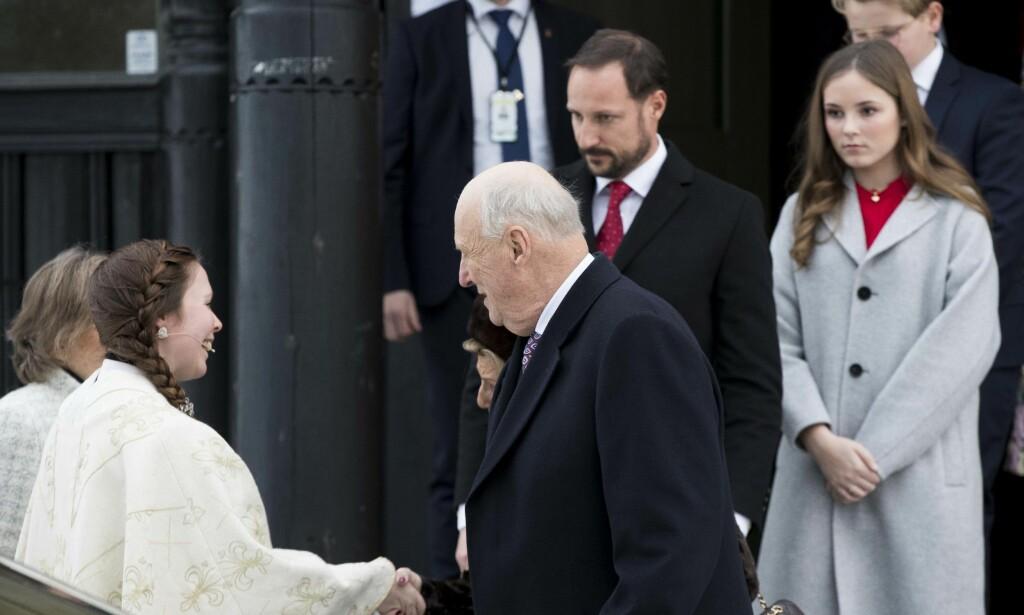 TAKKER FOR SEG: Kong Harald, kronprins Haakon og prinsesse Ingrid Alexandra på vei ut fra Holmenkollen kapell. Foto: NTB Scanpix