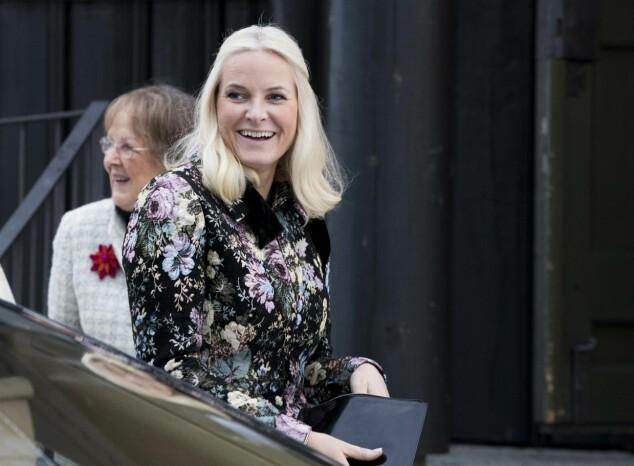 GJENBRUK: Kåpen kronprinsesse Mette-Marit hadde på seg under årets julegudstjeneste brukte hun også under Nobels fredspris i fjor. Foto: NTB Scanpix