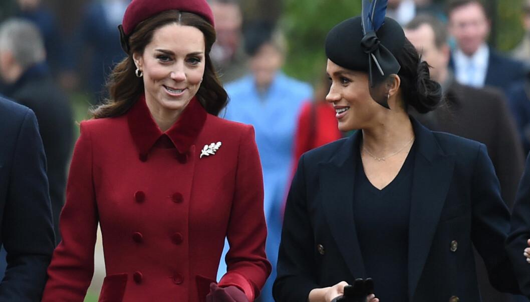 BEVISST OPPTRINN?: I flere måneder har det versert rykter om at hertuginne Kate og hertuginne Meghan er bitre fiender. I dag ankom de den tradisjonelle gudstjenesten sammen, og det blir nå hevdet at dette var bevisst fra deres side. Foto: NTB scanpix
