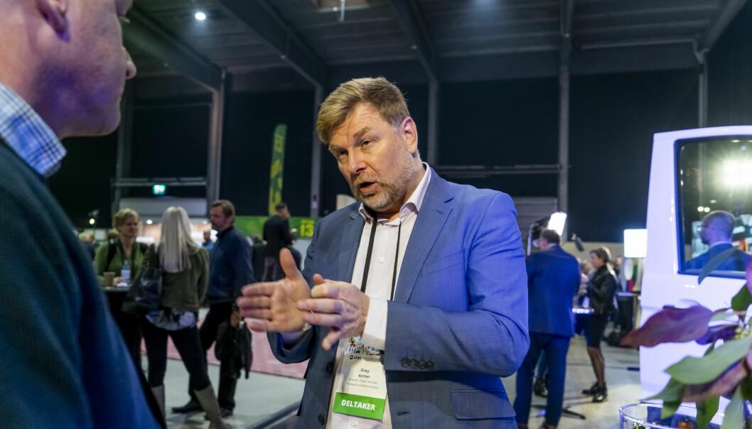 FORKJEMPEREN: Greg Archer (t.h.) er en viktig brikke i CO2-reduksjonen fra transportsektoren. Her i samtale med Fred Magne Skillebæk fra Elbil24. Foto: Per Ervland
