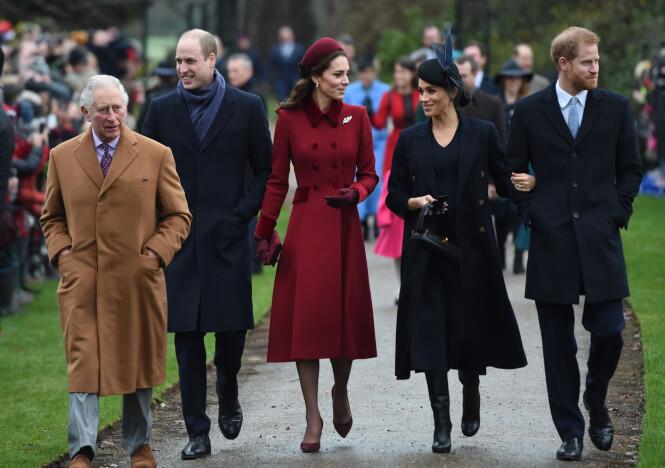 MED PAPPA: Prins Charles så storfornøyd ut da han gikk sammen med sønnene og svigerdøtrene på vei inn i kirken. Foto: NTB scanpix