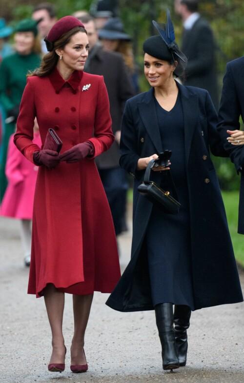 VELKLEDDE: Blitsregnet startet for alvor da de to hertuginnene bestemte seg for å ankomme gudstjenesten sammen. Foto: NTB scanpix