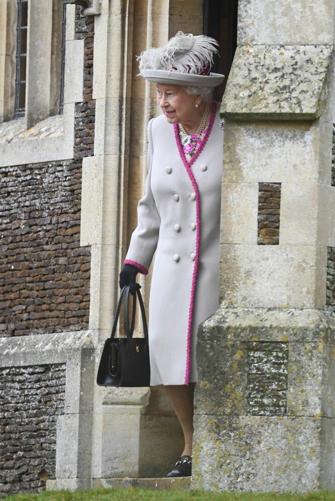 FARGERIK: Dronning Elizabeth så sprek ut første juledag, i denne rosa og lavendel-fargede kreasjonen. Foto: NTB scanpix