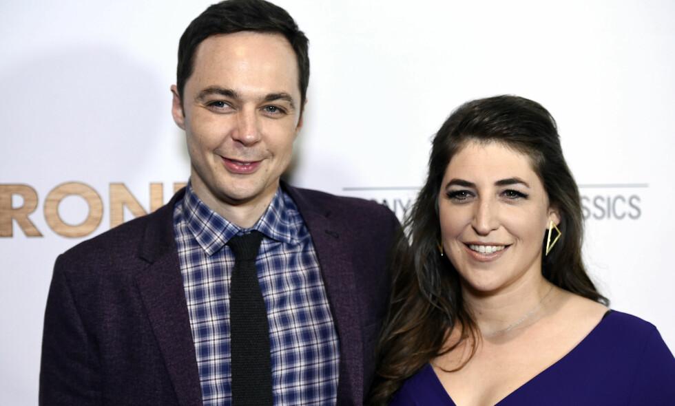 TUNG TID: «Big Bang Theory»-stjernen Mayim Bialik deler tunge tanker kort tid etter bruddet med den «hemmelige» kjæresten. Her sammen med skuespillerkollega Jim Parsons, som for øvrig spiller kjæresten hennes i den populære sitcom-serien. Foto: NTB Scanpix