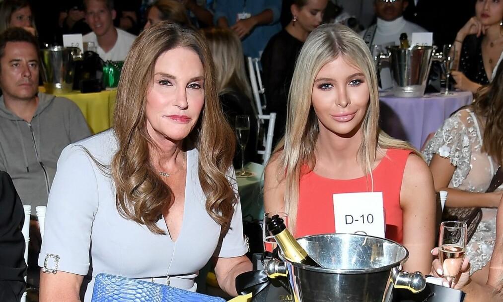 KOM SAMMEN: Caitlyn Jenner og kjæresten, Sophie Hutchins, deltok på det årlige Kardashian-julebordet til fansens store overraskelse. Foto: NTB Scanpix