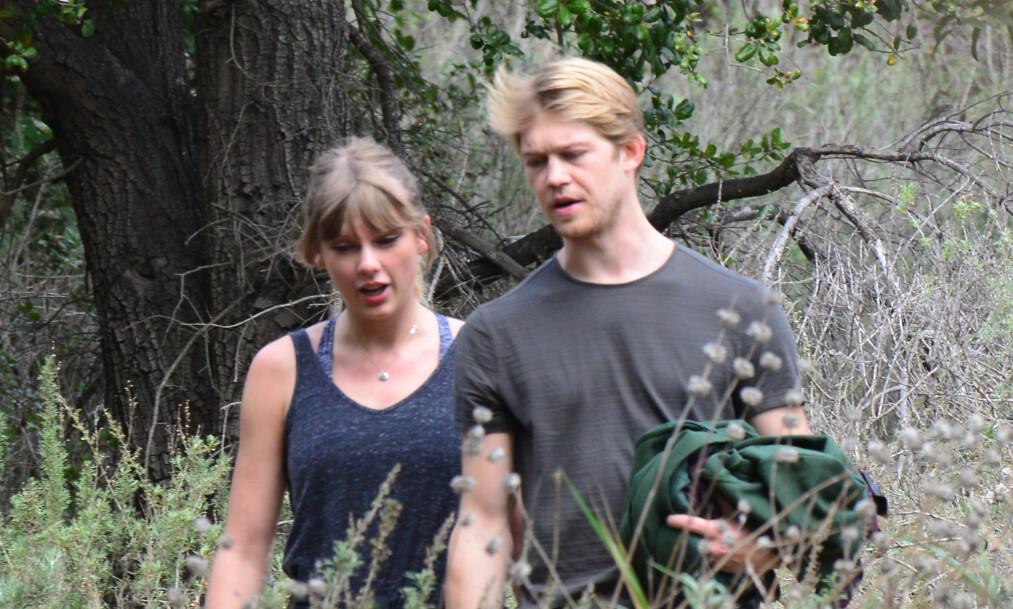 HEMMELIGHETSFULLE: Taylor Swift skal ha vært i et forhold med Joe Alwyn i flere år allerede, men de er bare blitt observert sammen et par ganger. Nå hevder en kilde å ha svaret på hvorfor hun har trukket seg unna rampelyset. Foto: NTB scanpix