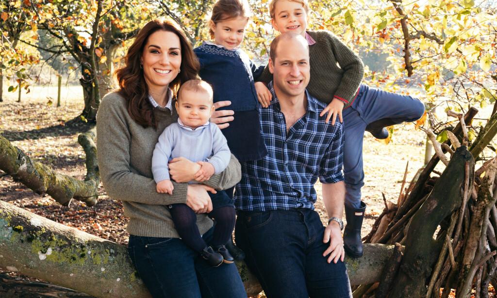 STORFAMILIE: Den britiske kongefamilien har tyske aner, og feirer derfor jul akkurat som vi gjør her hjemme i Norge. Derfor er det flere som har reagert på at hertugparet av Cambridge lot barna sine bryte den kongelige juleprotokollen i år. Foto: NTB Scanpix