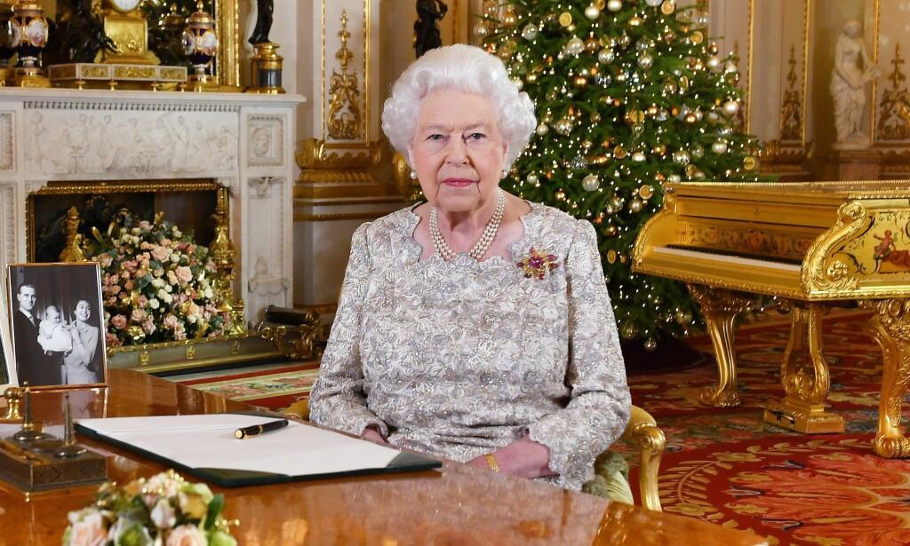 DISTANSERT?: Flere reagerer sterkt på dronning Elizabeths juletale. Det er imidlertid ikke talen folk har noe å utsette på, men scenografien den ble fremført i. Foto: NTB scanpix