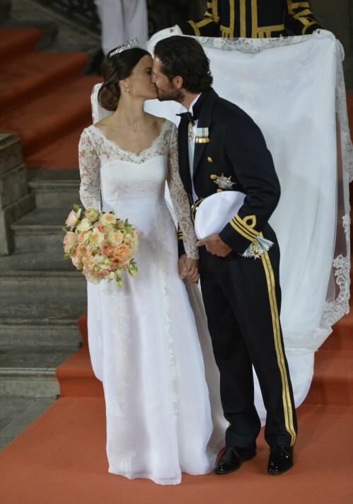 KREVENDE: Brudekjoler er ofte ekstravagante nok fra før, men i kongelig kontekst går man gjerne hardere inn. Bak brudeparet måtte nemlig en mann bære prinsessens lange slør etter vielsen. Foto: NTB scanpix
