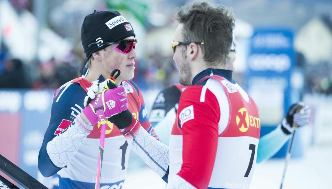 SNAKKER OM LØPET: Emil Iversen og Johannes Høsflot Klæbo utveksler noen ord etter kvartfinalen i dagens sprint. Foto: NTB scanpix