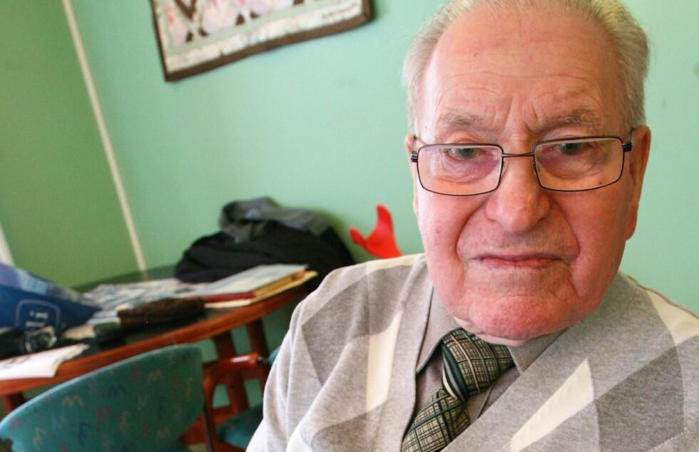 SISTE TIDSVITNE: Martin Meholm (1916-2018) viser fram portrettet av Johan Hüttner, som var vaktsjef og den som hadde mest med fangene å gjøre. Han var beryktet for voldelige overgrep. Etter krigen ble Hüttner dømt til livsvarig tvangsarbeid. Foto: Asbjørn Svarstad