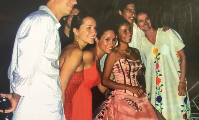 LYKKELIG: Meghan Markle sammen med eks-mannen og gode venner. Foto: NTB scanpix