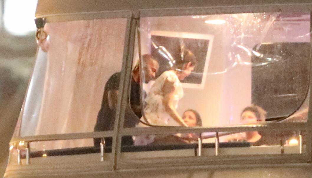 GODT SELSKAP: Jamie Foxx og Katie Holmes ble observert på en luksusyacht utenfor Miami sammen med gode venner. Foto: NTB Scanpix