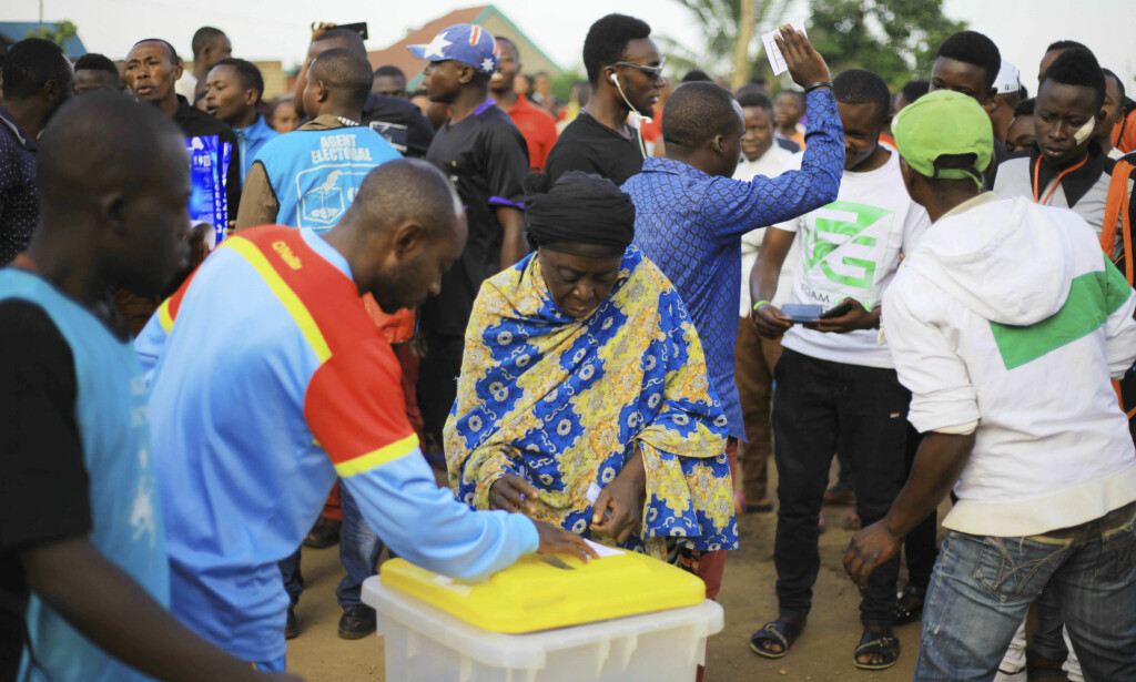 LIKSOM-VALG: Det har skapt mye sinne at valget i byen Beni i Kongo er utsatt til etter den planlagte presidentinnsettelsen i januar, på grunn av et ebola-utbrudd. Her gjennomfører innbyggere i byen et liksom-valg søndag 30. desember. Foto: NTB Scanpix/AP/Al-hadji Kudra Maliro