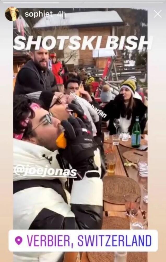 <strong>FEST:</strong> I kjent høyfjell-stil ble det også afterski på Jonas-Chopra-familien. Foto: Skjermdump / Instagram