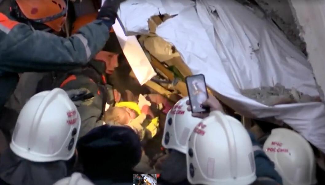 <strong>- MIRAKELET SKJEDDE:</strong> En baby er funnet i ruinene av en sammenrast, russisk boligblokk. - Hundrevis av folk ventet på at det skadde barnet mirakuløst skulle dukke opp fra under ruinene. Og mirakelet skjedde, siteres en redningsmann. Foto: Det russiske sivilforsvaret via Reuters