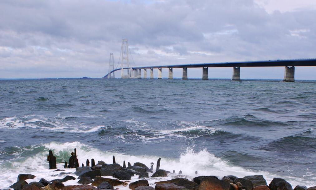 UVÆR: Det var ikke bare Østlandet som opplevde uvær det siste døgnet. Storebæltbroen måtte stenges. Foto: Scanpix