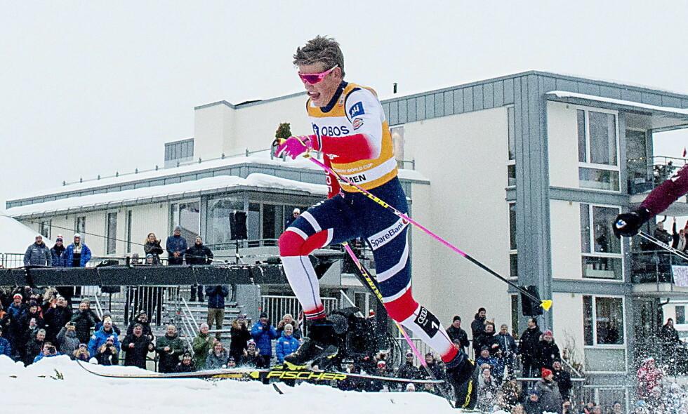 PÅ TÅ HEV: Johannes Høfslot Klæbo viste fram det mye omtalte klyvet sitt i sprinten i Drammen. Foto: Bjørn Langsem