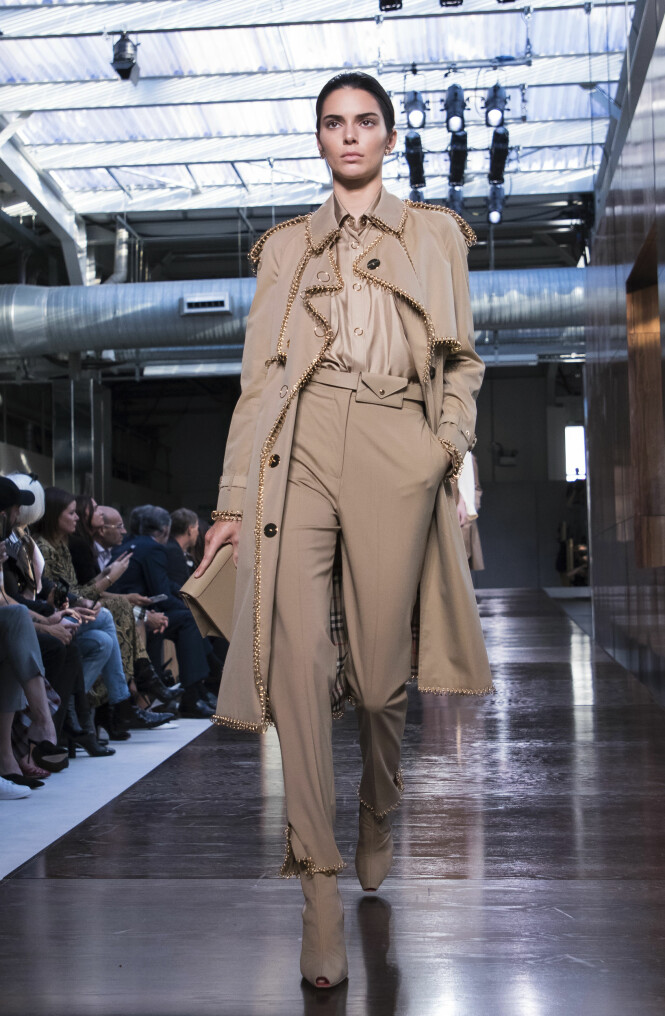 BURBERRY: Den britiske designeren har troen på ton-i-ton-antrekk for 2019. Foto: Scanpix