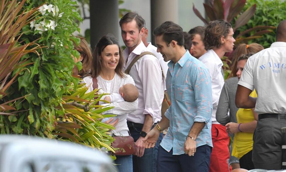 PÅ FERIE: Her er Pippa Middleton avbildet sammen med lille Arthur, ektemannen James Matthews (i midten bak) og svigerbroren Spencer Matthews (t.h.). Foto: NTB scanpix