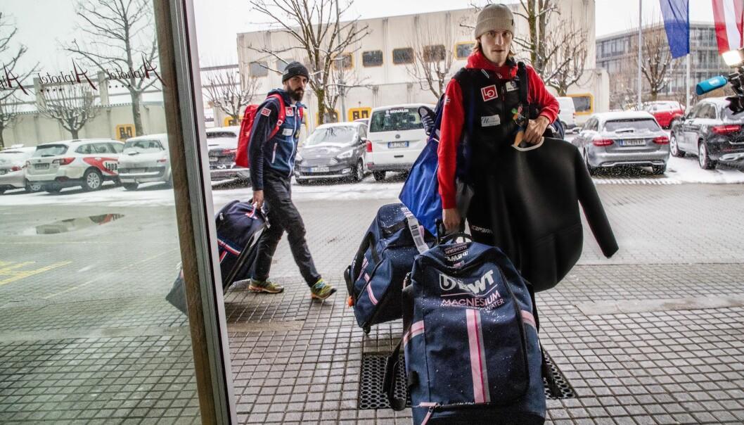<strong>PÅ PLASS I ØSTERRIKE:</strong> Daniel-André Tande ankommer Alpnhotel i Innsbruck sammen med hoppernes servicemann, Thomas Hörl. Foto: Geir Olsen / NTB scanpix