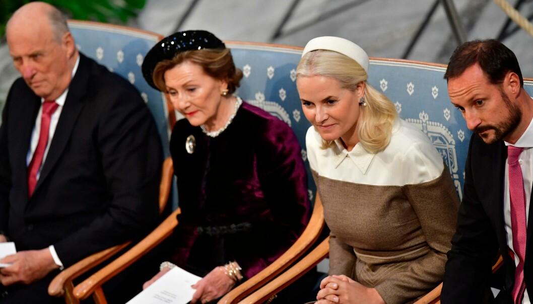 ALLE PÅ PLASS: Både konge- og kronprinsparet var til stede under Nobels fredprisutdeling i Oslo Rådhus i desember. Foto: NTB Scanpix