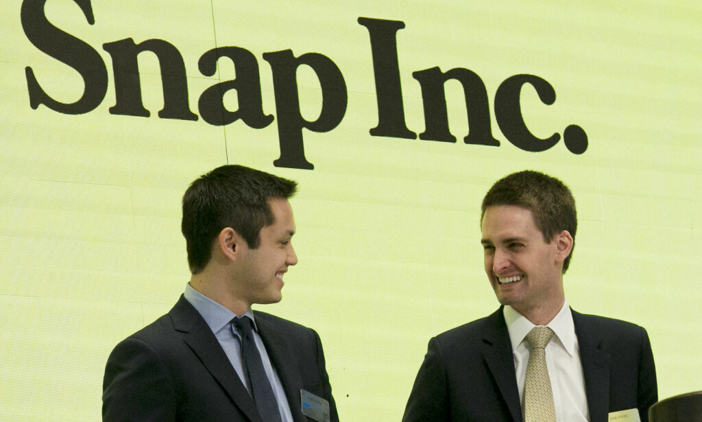 GLISET: De to gründerne av Snapchat, Bobby Murphy (t.v.) og Evan Spiegel (t.h.) var tilsynelatende fornøyde da de to fikk åpne New York Stock Exchange i august 2017. Siden har aksjen i selskapet Snap Inc. stupt. Foto: AP Photo/Richard Drew