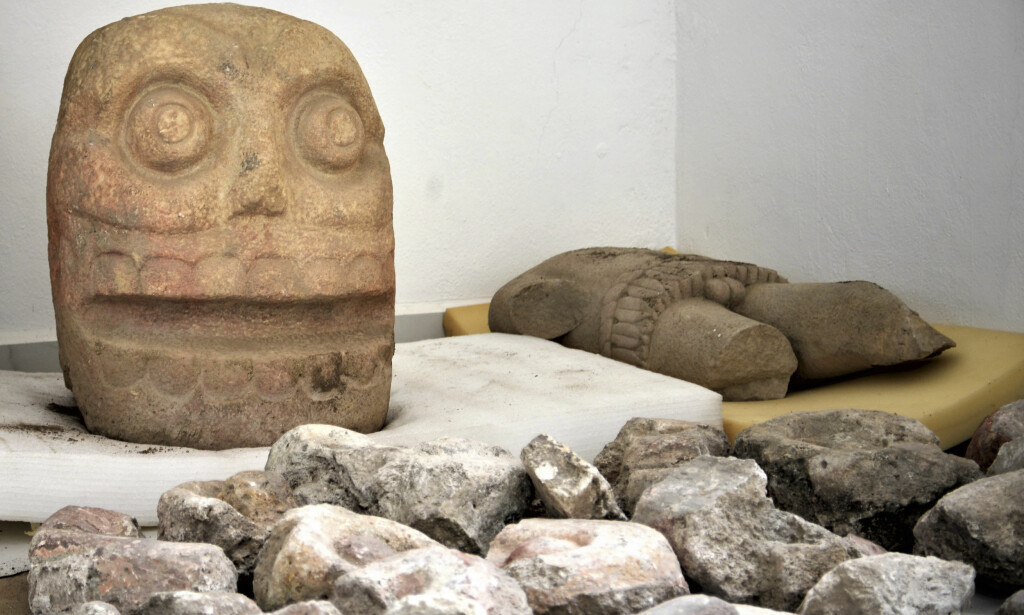 XIPE TOTEC: Disse steinfigurene av den pre-hispaniske guden Xipe Totec ble funnet i et tempel i den mexikanske provinsen Puebla. Foto: Mexico's National Institute of Anthropology and History / NTB Scanpix