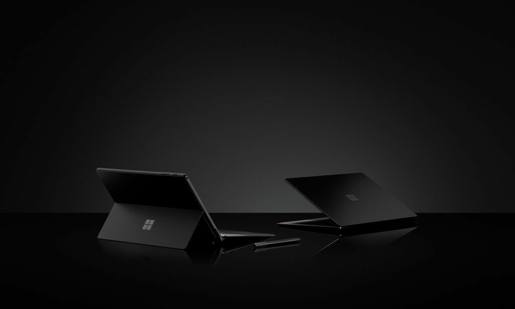 Surface Pro 6 og Surface Laptop 2 – begge i sort.