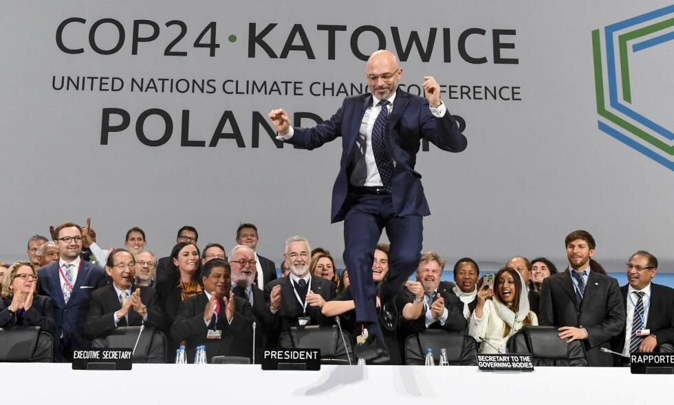 INNKJØPSMAKT: Offentlig sektors anskaffelser kan være med på å drive fram klimavennlig innovasjon på områder som kommer alle til gode, skriver innsenderen. På bildet har presidenten for toppmøtet i katowice, Michal Kurtyka, grunn til å være hoppende glad da landene til slutt ble enige om en regelbok for Parisavtalen i desember. Foto: AFP / NTB Scanpix