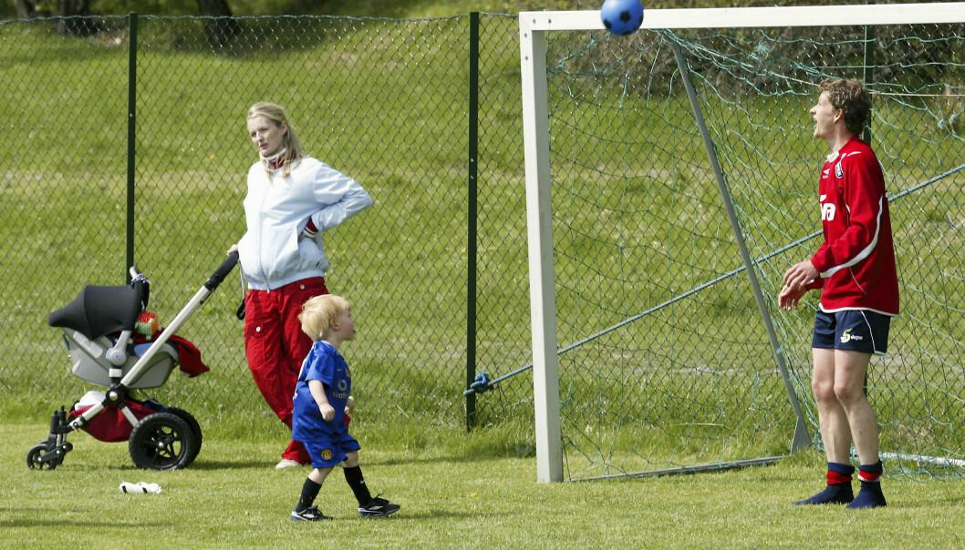 I FARS FOTSPOR: Ole Gunnar spiller fotball med Noah under landslagstrening på Hankø. I bakgrunnen står Silje med datter Karna i barnevognen. Foto: NTB Scanpix