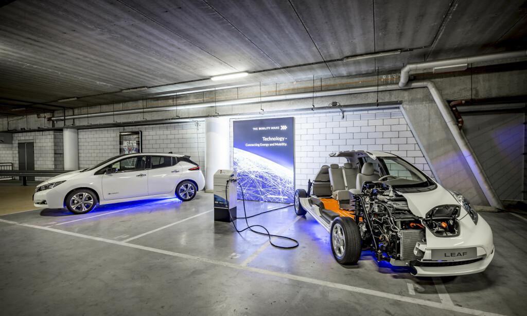 PRØVEPROSJEKT: Nissan har satt opp en teststasjon på Johan Cruijff Arena i Amsterdam, der batteriene får et nytt liv etter å ha sittet i en elbil, og forsyner arenaen med strøm. Foto: Nissan