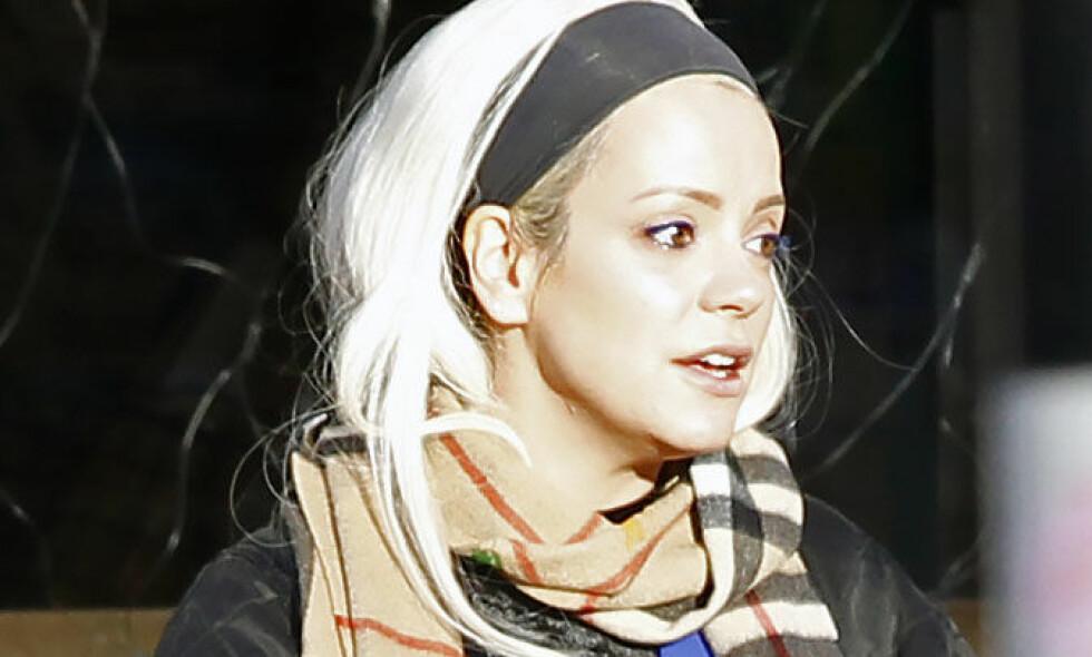 BRUDD: I ny podkast avslører popstjernen Lily Allen at hun er singel etter over tre år. Her avbildet i Notting Hill i midten av desember, på den tiden da bruddet var et faktum. Foto: NTB Scanpix