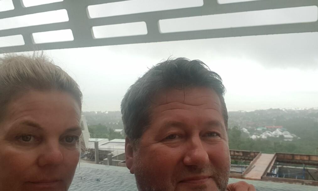 PÅ FERIE: Bjarne Brøndbo og kona Lise Greftegreff er for tida på ferie i Koh Samui. Men uværet som var meldt, ble ikke så farlig som fryktet. Foto: Privat