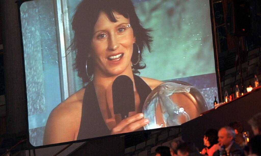 VÆRT PÅ SCENEN FØR: Allerede i 2006 dominerte Marit Bjørgen den årlige Idrettsgallaen selv om det skjedde via storskjerm fra verdenscupen i Estland. Marits suksess forteller mye om norsk idrett. Derfor er det uforstålig at noen nå rett etter at hun har lagt opp, forsøker å ødelegge den idrettsmodellen som var med på å løfte henne fram. FOTO: Lise Åserud / SCANPIX .