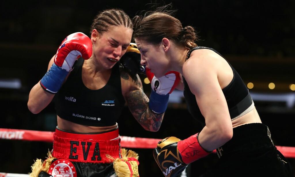 FIKK KJØRT SEG: Eva Wallstrom (t.v.) fikk mye juling av Katie Taylor i Madison Square Garden. Foto: NTB Scanpix