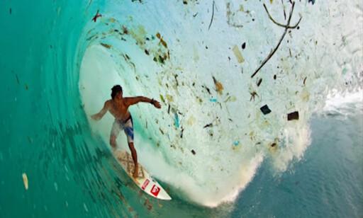 SURFER I PLAST: Plastproblemene er åpenbare for alle på Indonesia. Foto: Avanieco