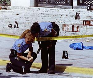 <strong>ÅSTEDET:</strong> To politikvinner sikrer spor etter at Gianni Versace ble drept på sin egen marmortrapp i Miami. Foto: NTB Scanpix