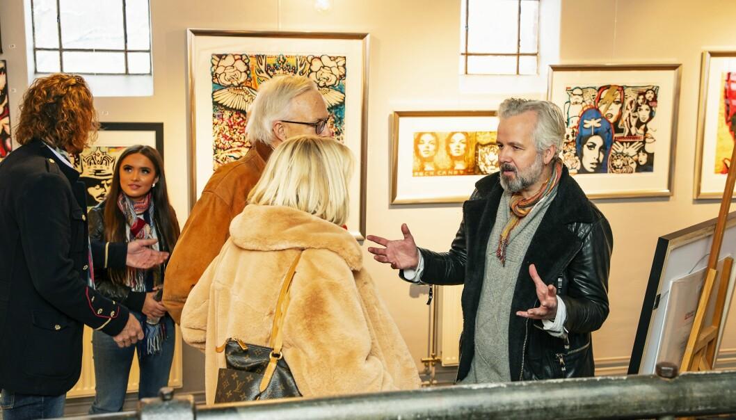 GJØR SOM SONJA: Dronning Sonja er glad i Aris kunst. Før jul var det flere som sikret seg bilder fra utstillingen han holdt sammen med Mikael Persbrandt og Espen Eiborg. Foto: Tor Lindseth