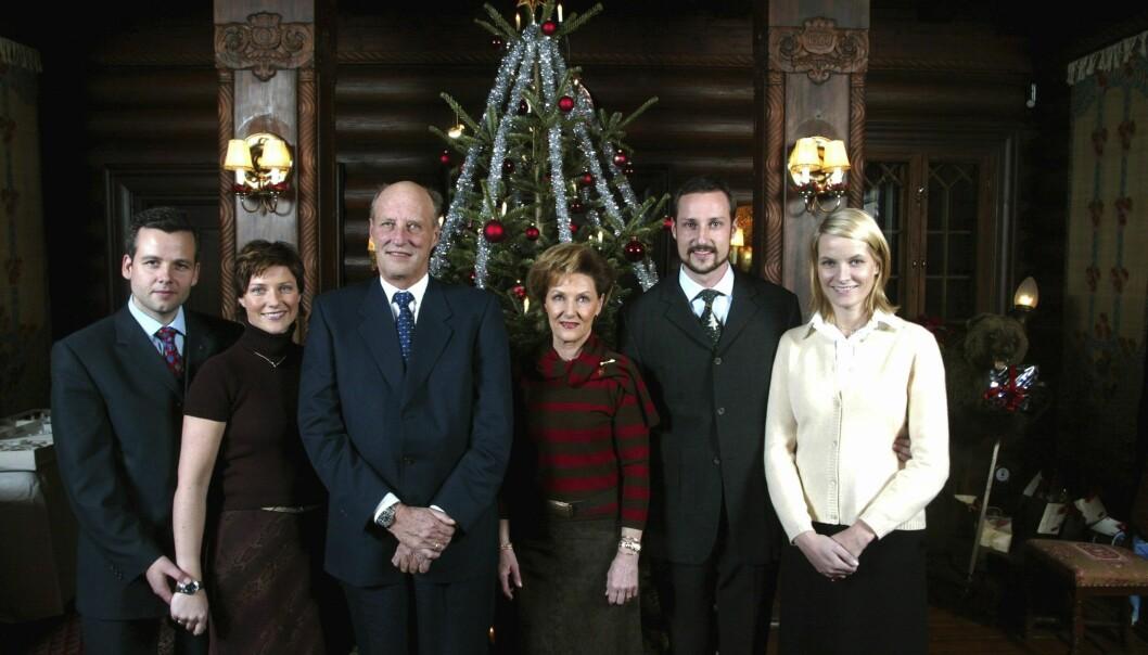JULEBILDE: Ari og Märtha stilte opp til julefotografering med kongefamilien i 2001, året før de giftet seg. Foto: NTB scanpix