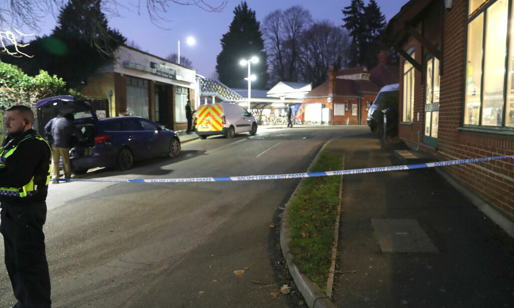 TOGSTASJON: Mannens 14 år gamle sønn ble vitnet til at faren ble knivstukket på et tog like ved Surrey fredag ettermiddag. Foto: Pa Photos / Steve Parsons