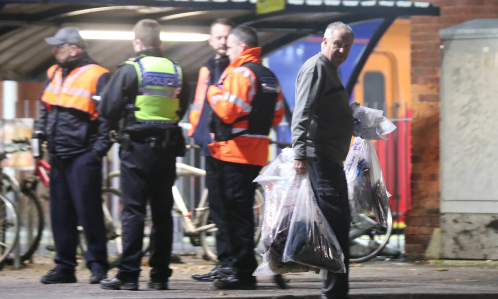 DREPT: Politiet rykket raskt ut til togstasjonen etter hendelsen, men gjerningspersonen hadde allerede stukket av. Foto: Pa Photos / Steve Parsons