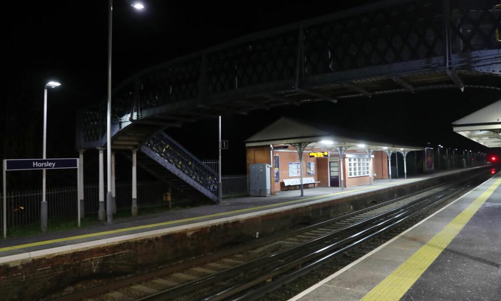 TOGSTASJON: Politiet ble kalt til Horsey togstasjon i Surrey fredag ettermiddag. Foto: Pa Photos / Steve Parsons