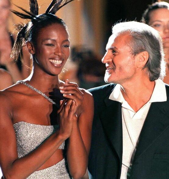 <strong>I TOPPSJIKTET:</strong> Gianni Versace var en av verdens mest berømte designere. Her med supermodell Naomi Campbell i 1996. Foto: Afp / NTB Scanpix