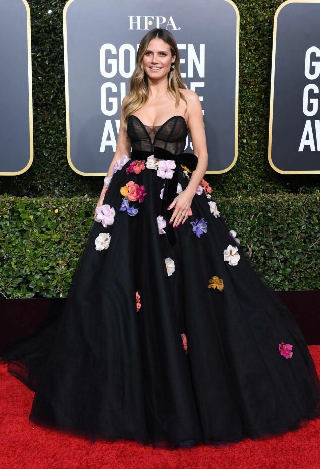 BLOMSTER: Heidi Klum ankom nattens begivenhet i en sort kjole med blomsterdekorasjon på. Foto: NTB Scanpix
