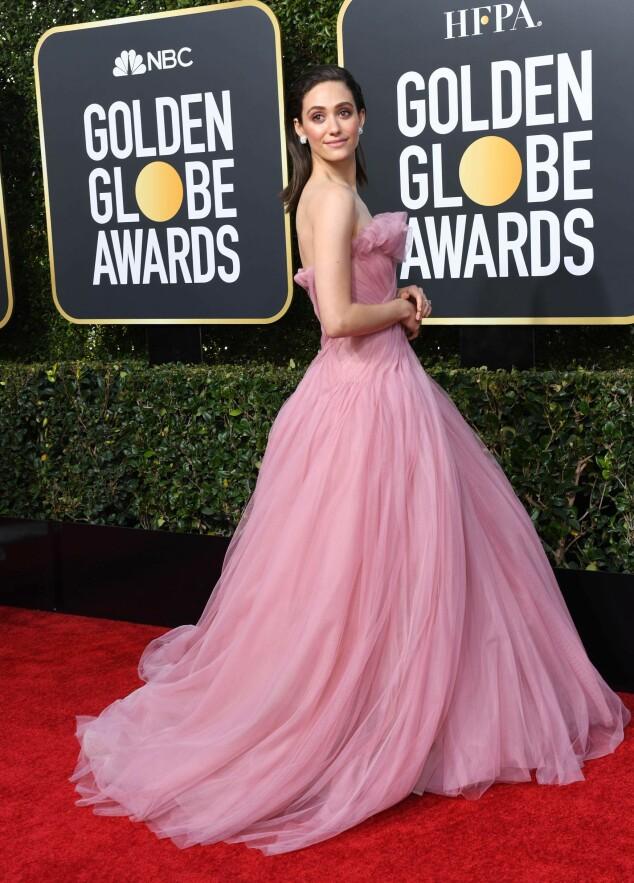 STRÅLTE I ROSA: Emmy Rossum tok pusten fra fotografene i en nydelige rosa kjole. Foto: NTB Scanpix