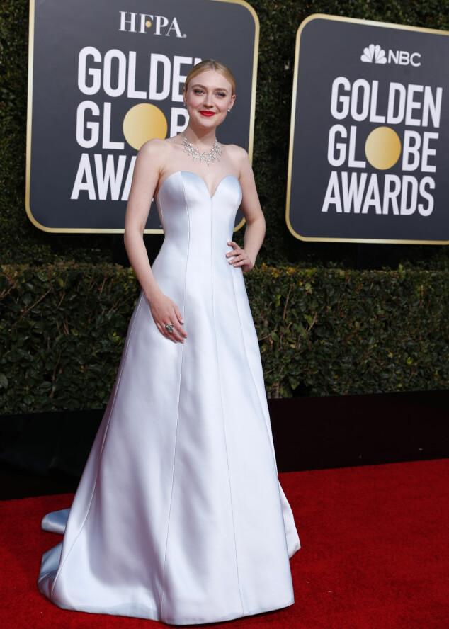 VAKKER: Dakota Fanning i en vakker, hvit kjole med passende tilbehør. Foto: NTB Scanpix